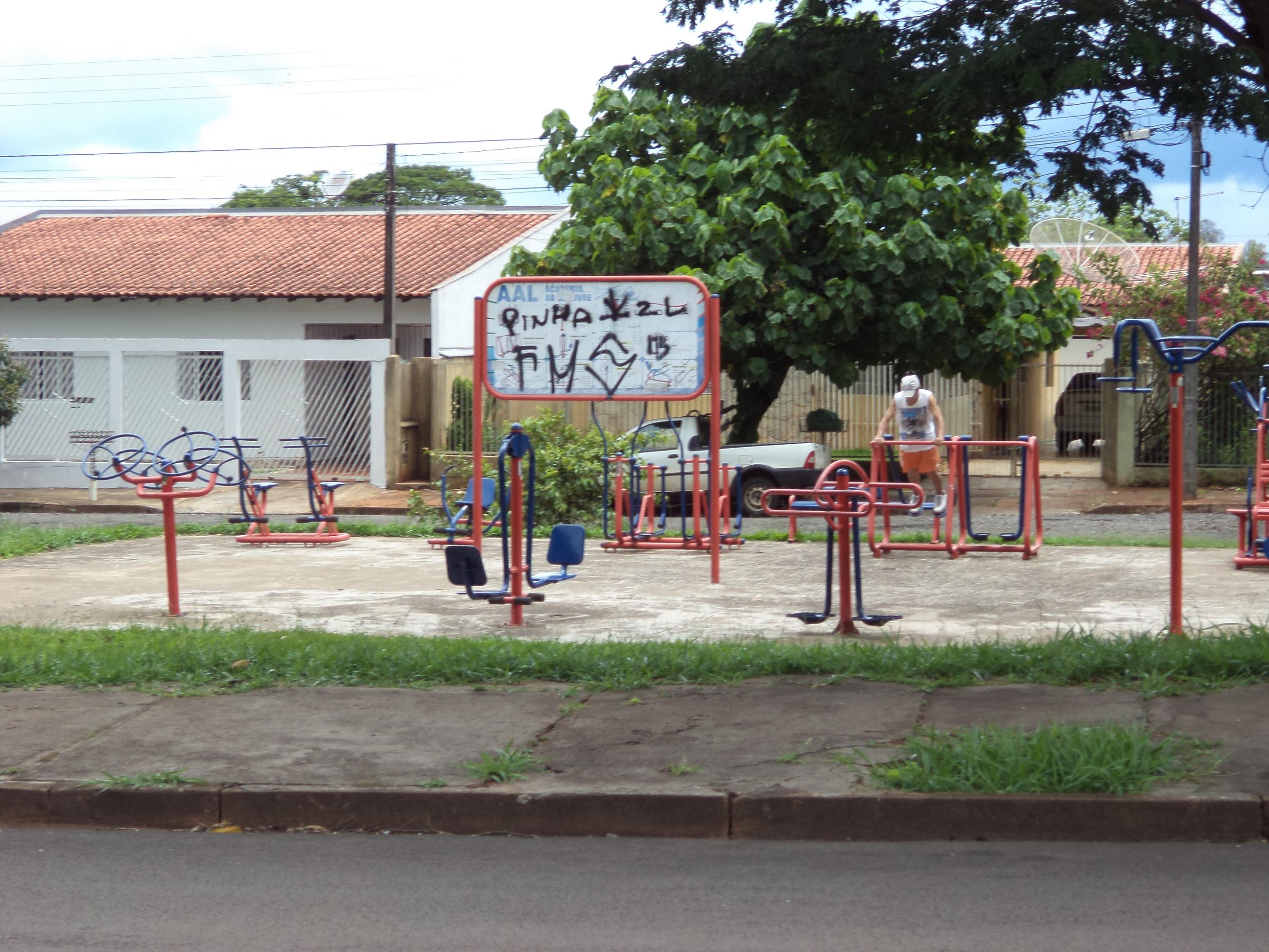 Academia ao ar livre abandonada - Avenida Vicente Pizon