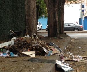 Lixo na rua Dom Pedro II - Foto Lino Ramos  (1)