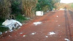 Rua com lixo desapropriação Foto WhatsApp Paiquerê (2)