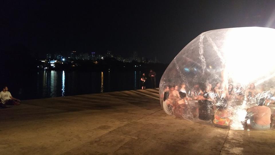 Apresentação homem Nu lago igapo Foto Fabio Alcover Facebook Festival de Dança 2