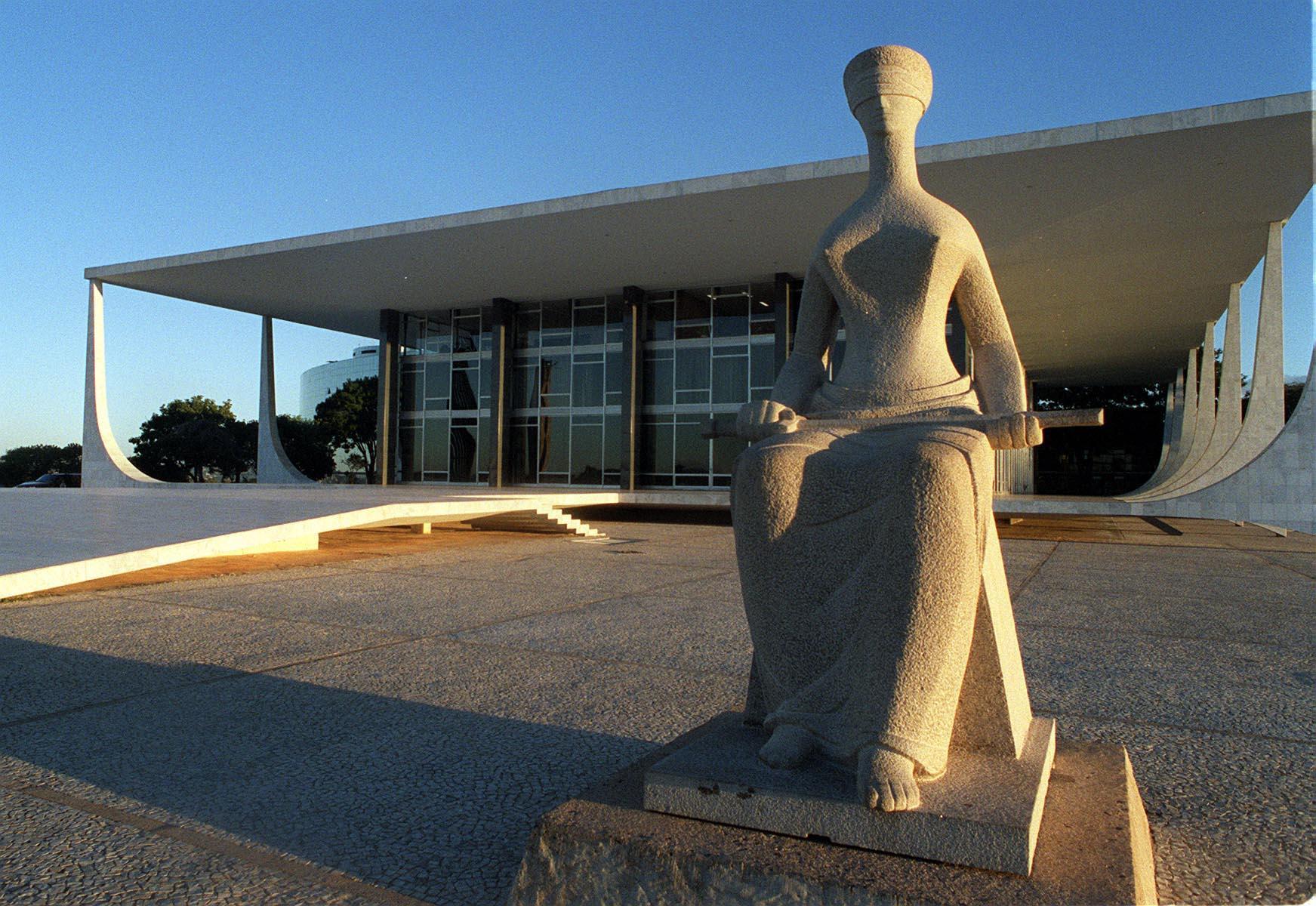 DF - TURISMO/DF - VARIEDADES - Estátua da Justiça em frente ao prédio do Supremo Tribunal Federal (STF), na Praça dos Três Poderes, em Brasília (DF).   15/08/2003 - Foto: JOSÉ PAULO LACERDA/AGÊNCIsA ESTADO/AE