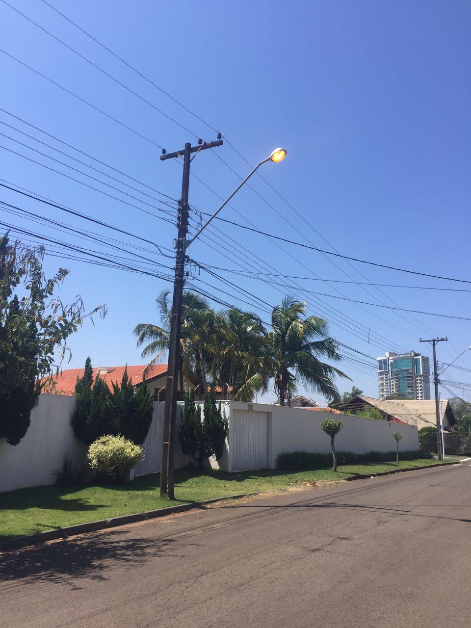 Poste com luz acessa na zona sul Foto WhatsApp Paiquere