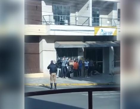 Bandidos fazem reféns durante assalto na agência dos Correios de Ortigueira - Foto: WhatsApp Paiquerê