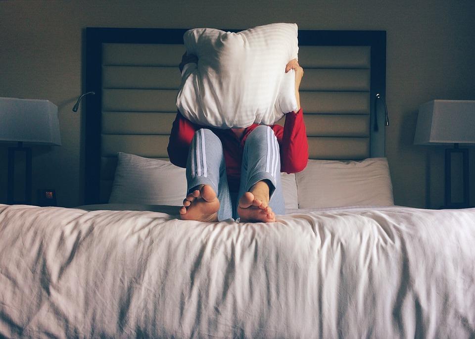 pessoa travesseiro dormir Foto Pixabay