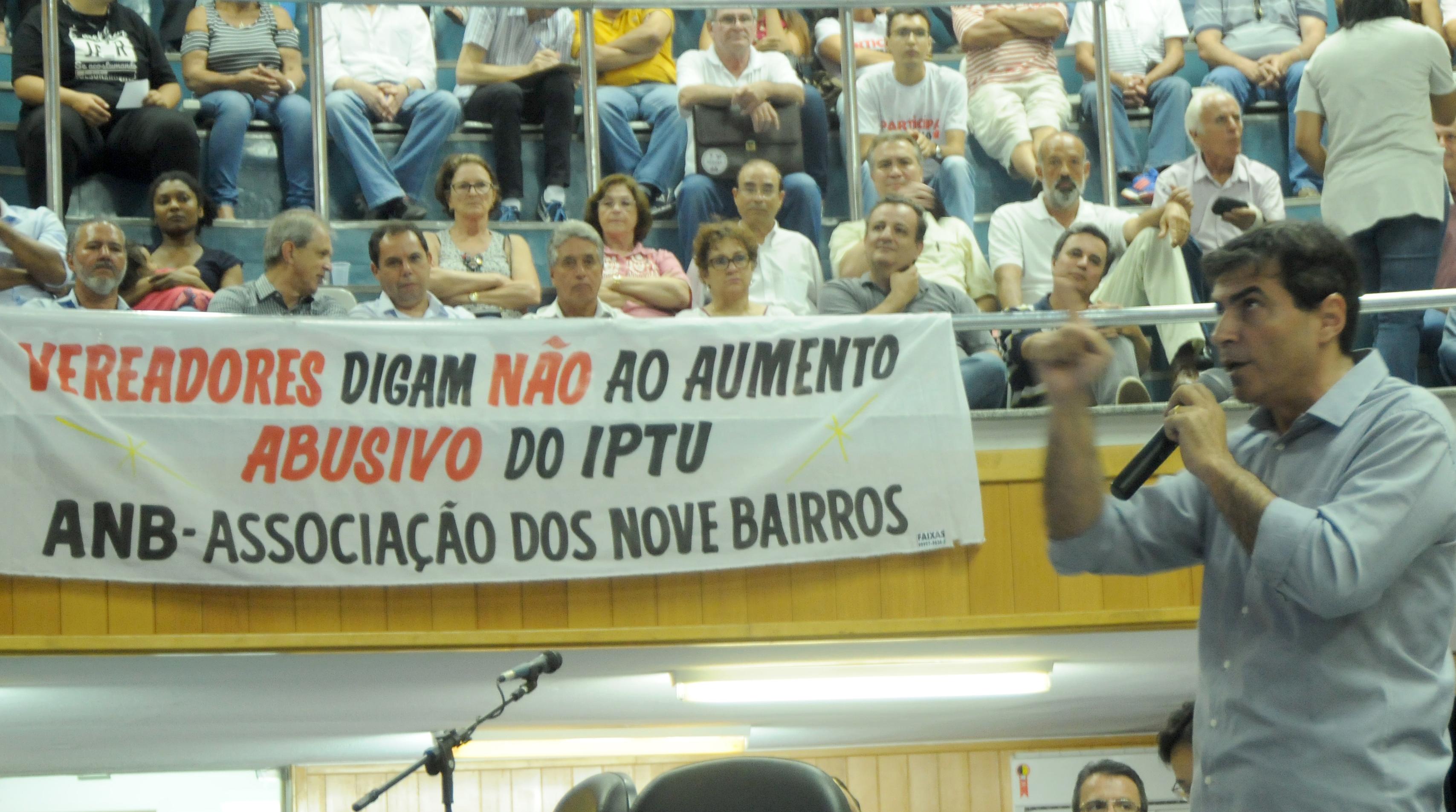 Mais de 300 pessoas lotaram o plenário e galerias da Câmara na noite desta segunda, durante audiência coordenada pelo Legislativo para debater proposta  que atualiza o IPTU. O prefeito Marcelo Belinati deu início à apresentação da proposta, seguido pelo secretário de Fazenda, Edson de Souza.