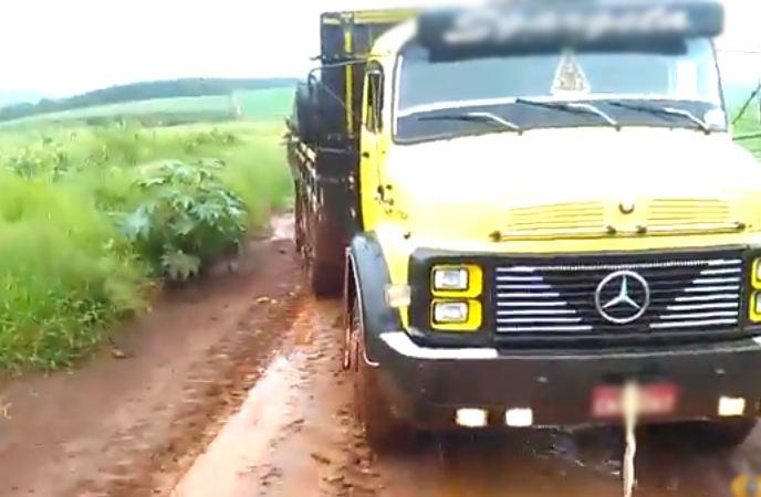 Caminhão sendo rebocado