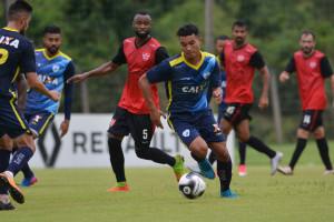Logo após sua apresentação, atacante esteve em campo no jogo-treino contra o Linense. Foto: Gustavo Oliveira/Londrina Esporte Clube