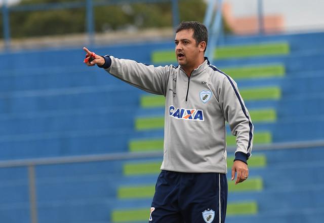 Marquinhos Santos comanda o time em jogo-treino nesta sexta-feira   Foto Gustavo Oliveira/Londrina Esporte Clube