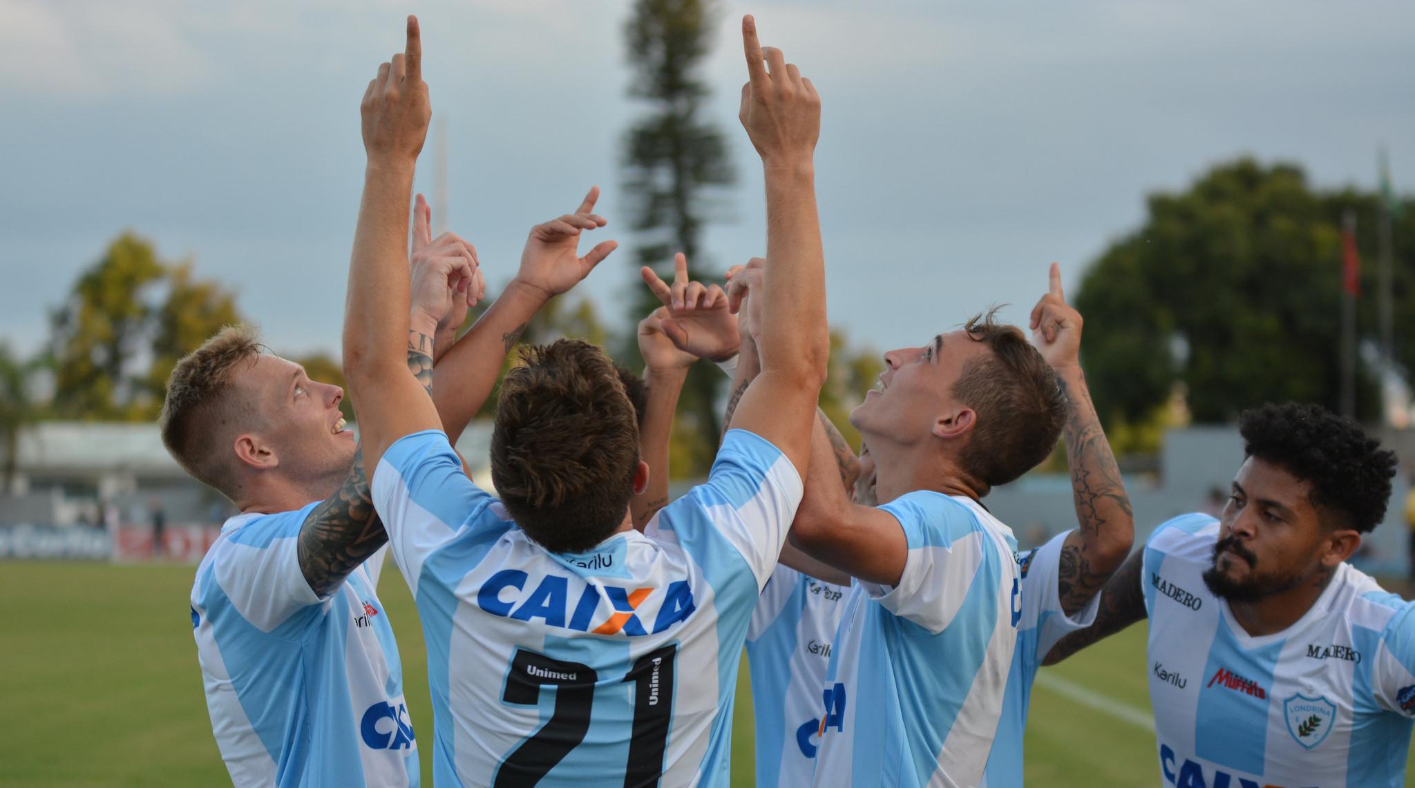 Dagoberto comemora seu gol na estreia com os companheiros Foto: Gustavo Oliveira/LEC