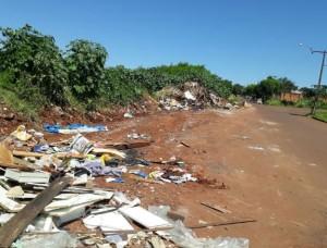 CMTU chegou aos responsáveis pelo despejo após encontrar cartões de visita e panfletos publicitários entre os resíduos. Foto: WhatsApp Paiquerê