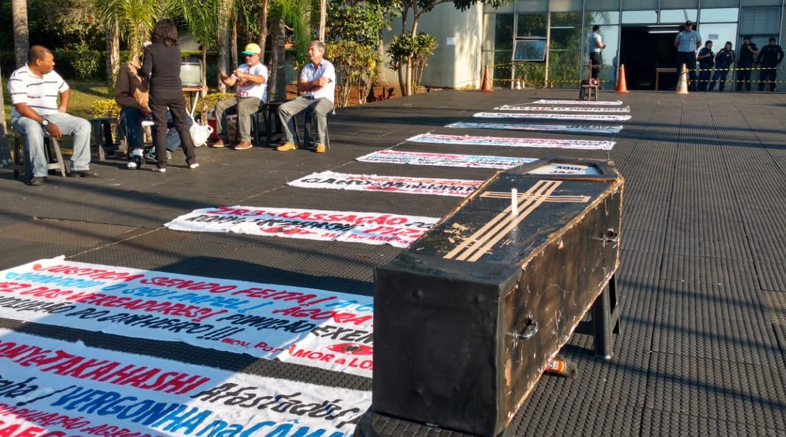 O movimento Por Amor a Londrina  realiza protesto na frente da Câmara com caixão e vela. Foto: Weslley Lemos