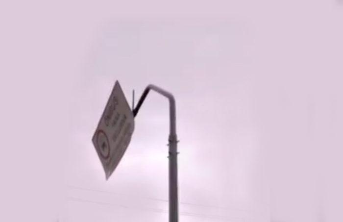Placa de trânsito com risco de queda na Av. Gabriel Arruda