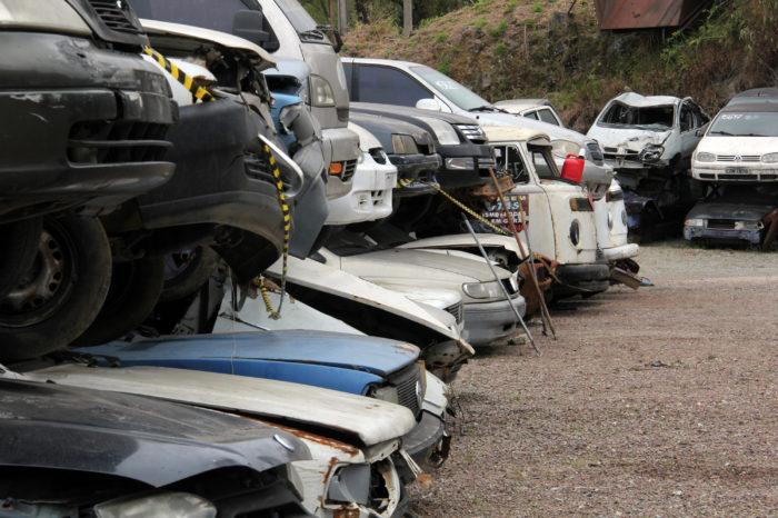 Lei para recolher carros abandonados ainda não saiu do papel