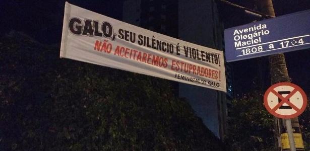 Faixas de torcedoras cobram atitude do Atlético MG sobre condenação de Robinho por estupro