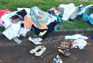As roupas e sapatos foram largados na avenida da zona sul. Foto: WhatsApp Paiquerê