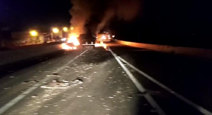 Caminhão tomba e fica totalmente destruído após pegar fogo na PR-445