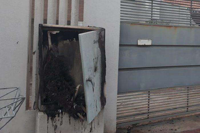 Sercomtel trabalha para consertar armário incendiado na região central