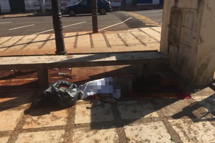 Andarilho é encontrado sem vida em praça de Cambé