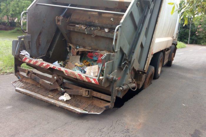 Caminhões de lixo ficam encalhados após asfalto ceder em Londrina e Ibiporã