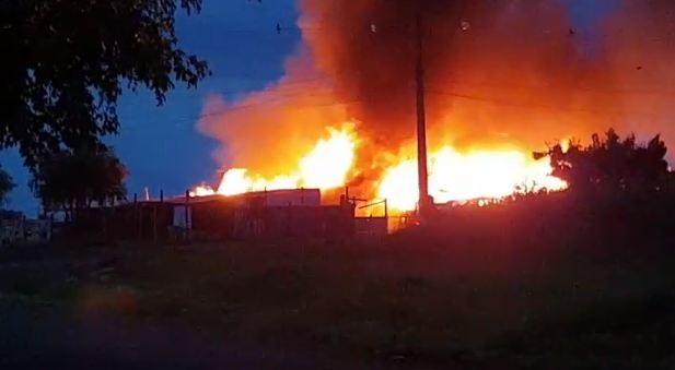 Famílias que perderam barracos em incêndio estão alojadas em igreja