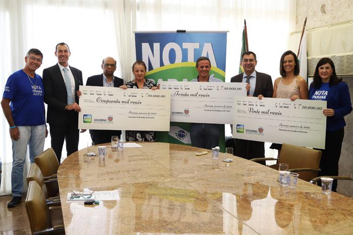 Lar dos Vovôs e artesã de Londrina retiram prêmio do Nota Paraná