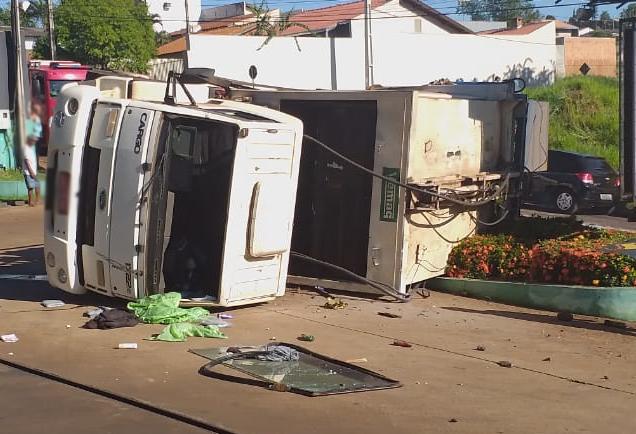 Caminhão de lixo tomba dentro de posto de combustíveis em Ibiporã