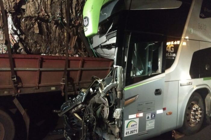 Ônibus da Garcia bate na traseira de caminhão na BR-369 e motorista morre