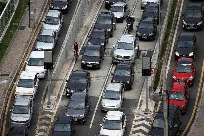 Taxa de registro de financiamento de veículos cai mais de 50%