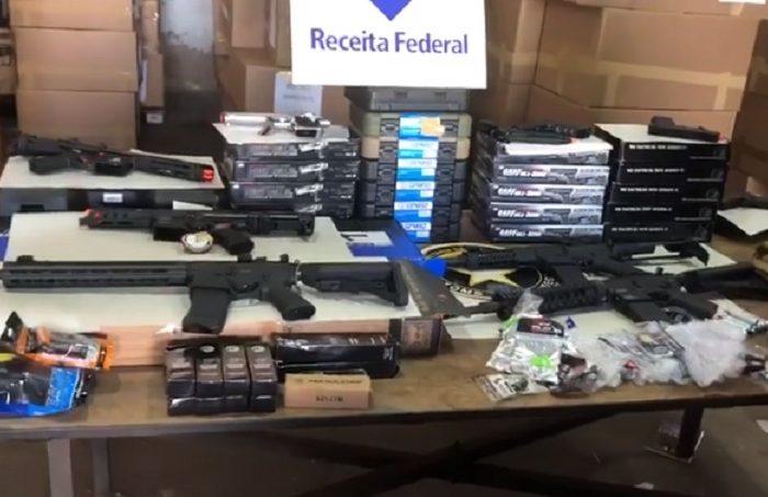 Réplicas de fuzis e pistolas são apreendidas em transportadora de Londrina