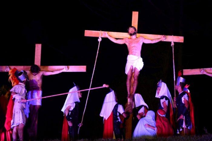 Fiéis organizam apresentações teatrais para lembrar a Paixão de Cristo
