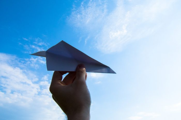 UEL sedia etapa de torneio mundial de aviõezinhos de papel