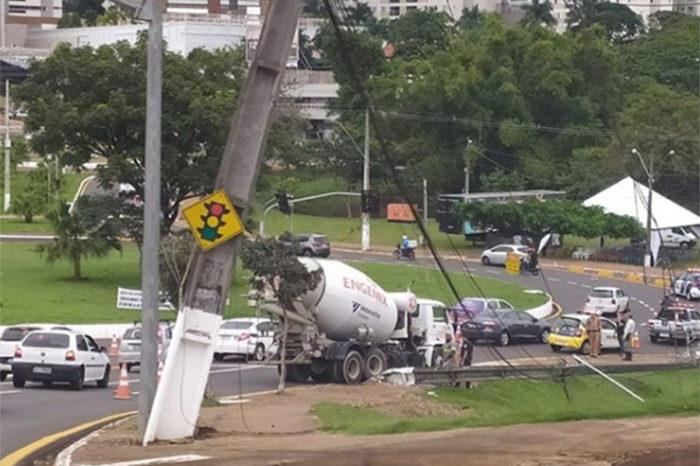 Quase mil imóveis ficam sem energia elétrica após caminhão derrubar poste