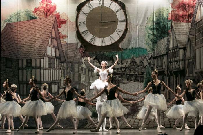 """Espetáculo com """"bonecas quase reais"""" leva 300 bailarinos ao Teatro Ouro Verde"""