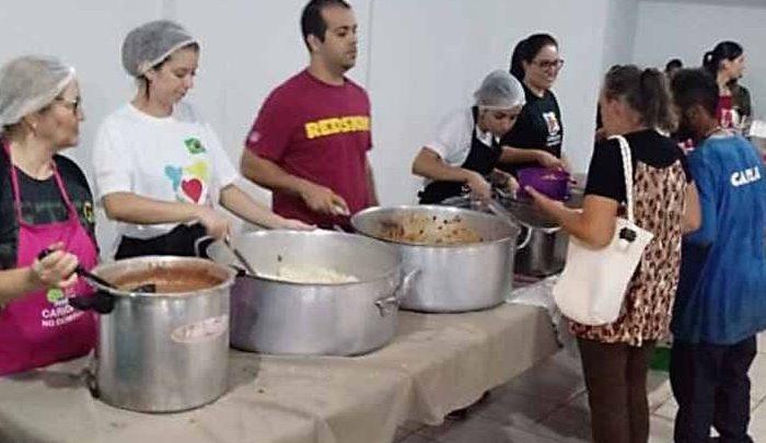 Entidades são direcionadas a servir alimentos para moradores de rua em local específico