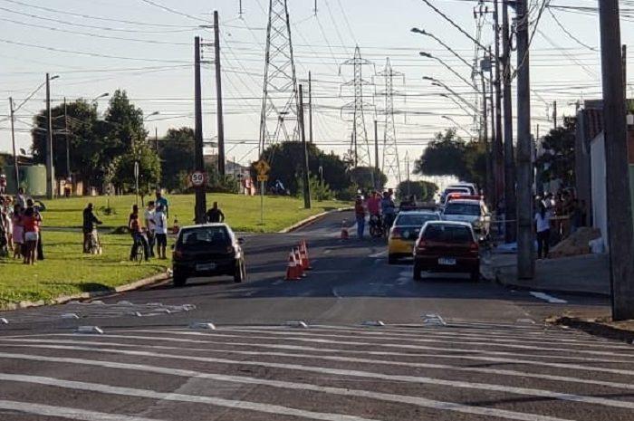 Motociclista bate contra poste e morre na avenida das  Torres