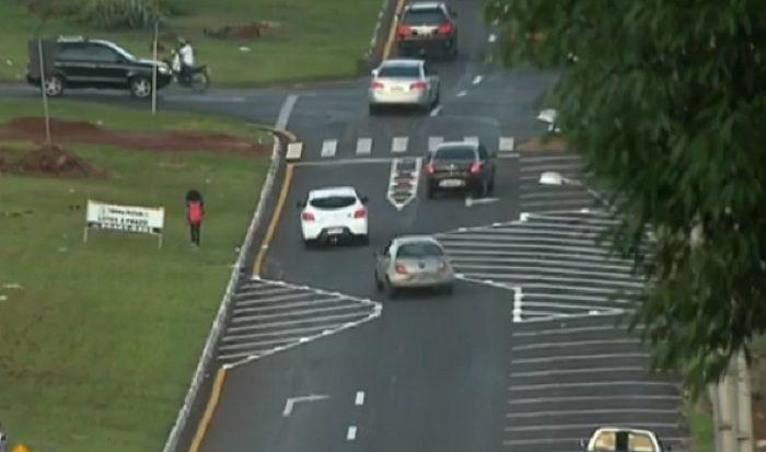Motociclistas quebram tachões de chicane na avenida das Torres