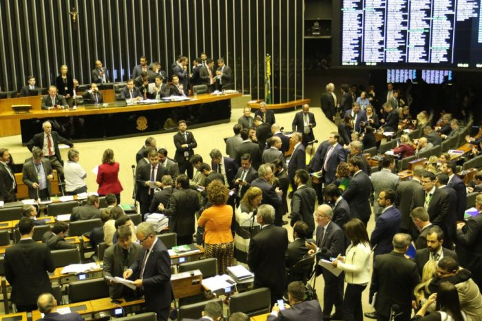 Câmara aprova mudanças em regras de pensão e para mulheres