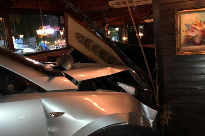 Veículo invade restaurante na avenida Higienópolis após colidir com moto