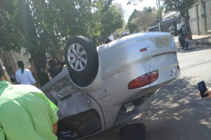 Carro capota após colisão na região central de Londrina