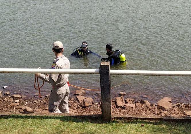 Bombeiros relatam dificuldades para encontrar corpos de adolescentes em lago de Apucarana