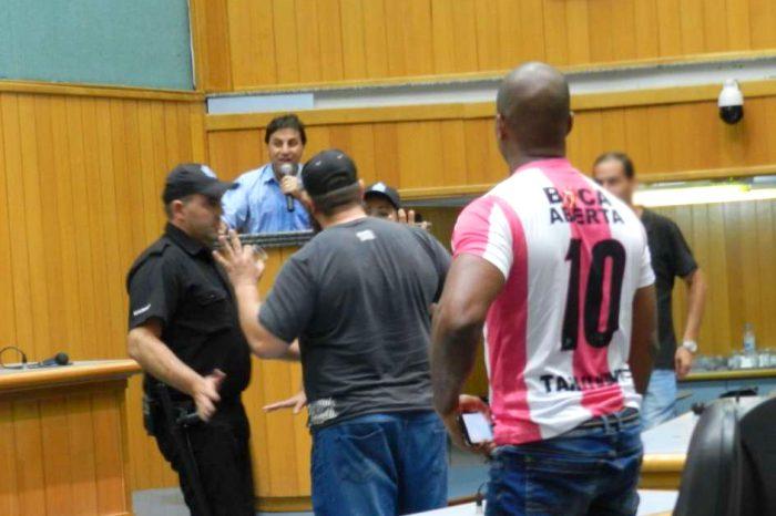Homem que jogou água no rosto de vereador é assessor de deputado federal