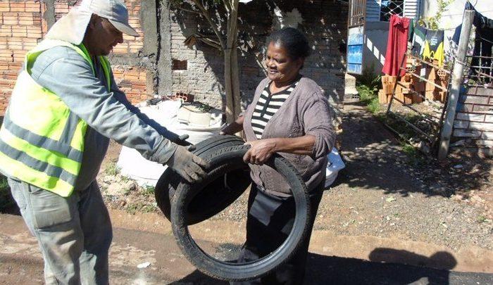 """Bairros da zona oeste de Londrina recebem """"bota fora"""" de materiais acumulados"""