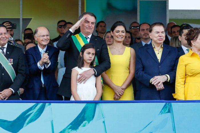 Bolsonaro acompanha desfile de 7 de Setembro com Silvio Santos, Macedo e Hang