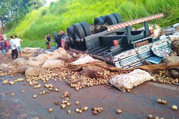 Caminhão carregado de batatas tomba na PR-445 e condutor morre