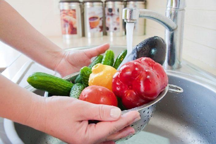 Solução de água sanitária é suficiente para eliminar coronavírus dos alimentos