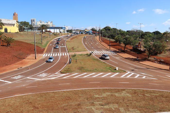 Trânsito na rotatória da avenida Dez de Dezembro é parcialmente liberado