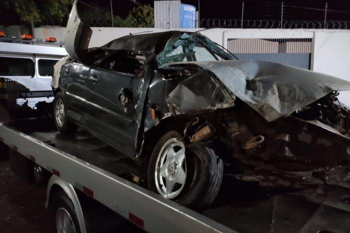Motorista capota carro e é encontrado com faca cravada na cabeça
