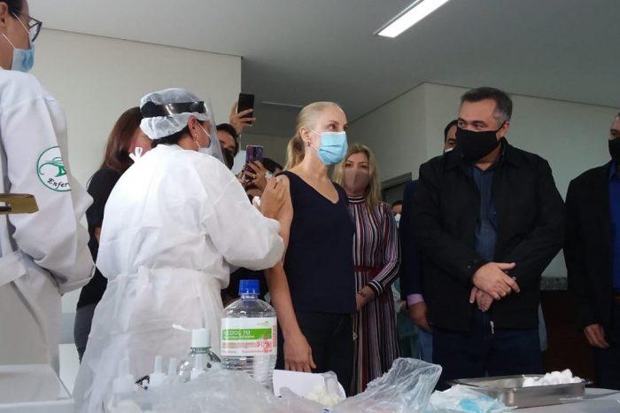 Fátima Ruiz, coordenadora do hospital de retaguarda, é a primeira pessoa vacinada contra a Covid-19 em Londrina