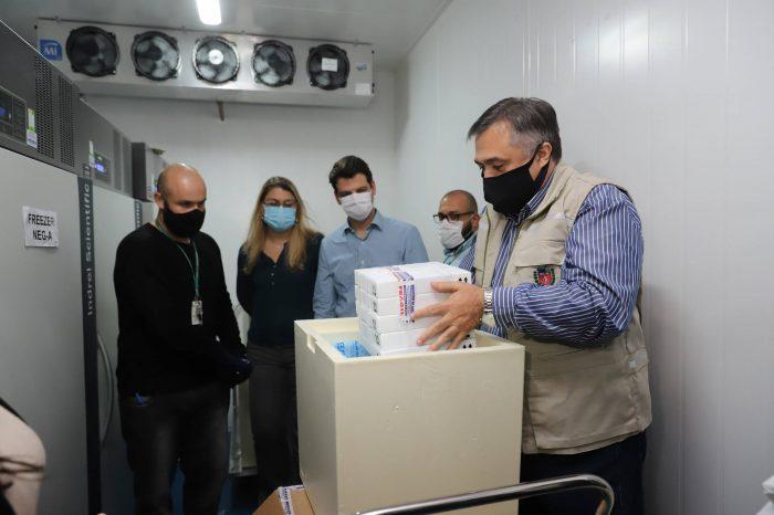 Primeiro lote com vacinas da Pfizer chega ao Paraná; doses ficarão no Cemepar até quarta