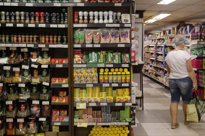 Consumo nos lares brasileiros recua 2,33% em agosto, mostra pesquisa